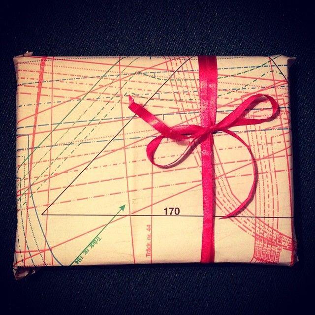 Årets gavepapir: stoffmønster fra gamle håndarbeidsblader #gjenbruk #miljøvennlig