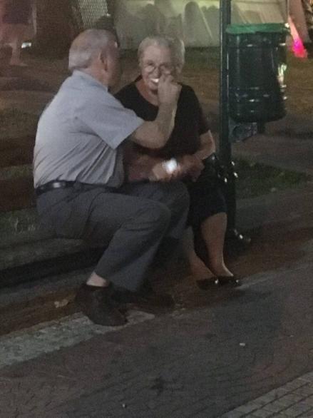 Ζευγάρι ηλικιωμένων από το Γέρακα γίνεται viral -Η φωτογραφία ορισμός της αγάπης