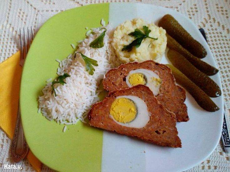 Nagy kedvenc, mert remekül illik majonézes saláták mellé, ezért a családi ebédek kedvence. Az elkészítése könnyű, de mindenkit elkápráztathatsz vele! Hozzávalók 60 dkg darált hús 1 púpos teáskanál só 1 kk. bors 10 dkg zsemlemorzsa 1 púpos ek. pirospaprika 4-5 gerezd fokhagyma(összezúzva) 3 db nyers tojás és még: 5 db főtt tojás Elkészítés A főtt...Olvasd tovább