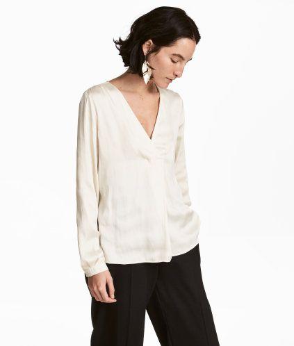 Blanco natural. Blusa de manga larga en satén con cuello de pico, pliegue de caja delante y puños con botón.