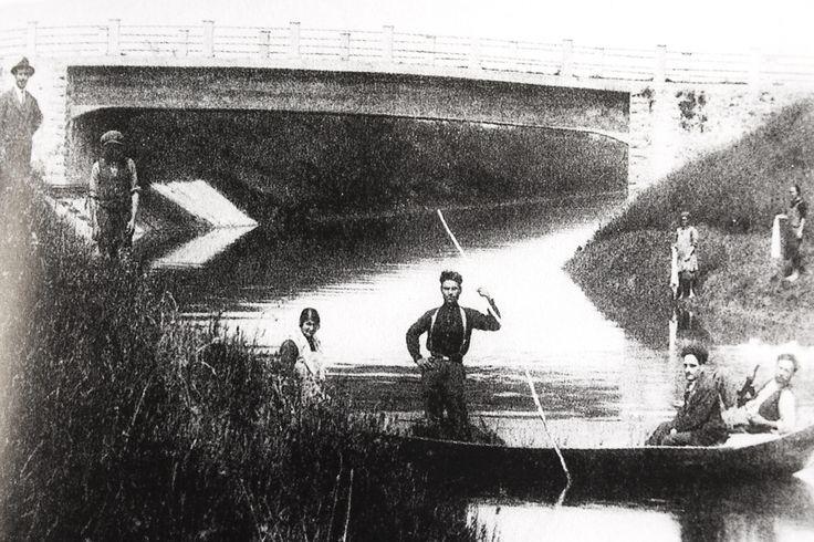 Barcaiolo lungo il fiume Pescia, in località Ponte di Mingo - 1950.