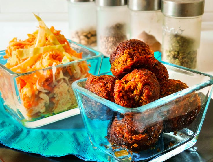 Lencsefasírt és coleslaw saláta. Hozzávalók és recept: http://kertkonyha.blog.hu/2014/12/07/lencsefasirt_es_coleslaw_salata