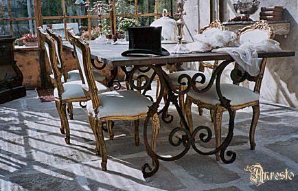 Eettafel in Venetiaans Gotische stijlopbouw. Smeedwerk onderstel