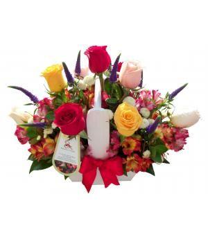 Giulianova:  Original y vibrante diseño de diversas tonalidades de rosas y alstroemerias, en base de madera, decorada con lazo.