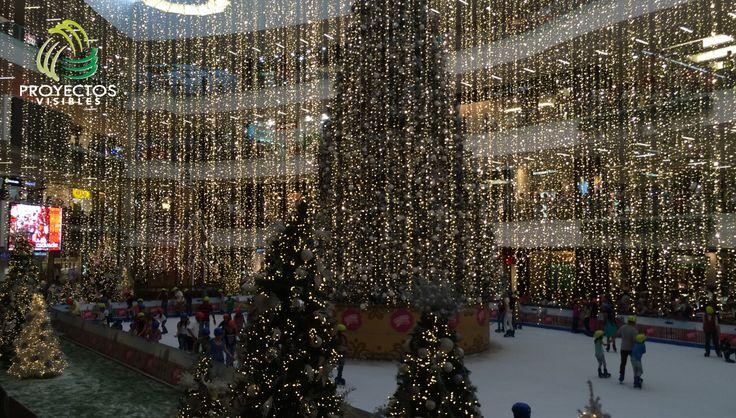 Iluminación y decoración de vacíos para centros ocmerciales. Lluvia de luces con extensiones led blanco cálido.