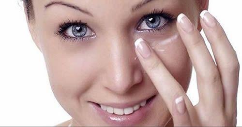 Ricetta contro le occhiaie: Aggiungi un cucchiaino di bicarbonato di sodio ad una tazza di acqua calda o di camomilla e mescola fino a farlo sciogliere. Immergici un batuffolo di cotone e applicalo sotto gli occhi per circa 15 minuti. Dopo aver applicato il rimedio lava il viso e applica della crema idratante. I risultati sono immediati.
