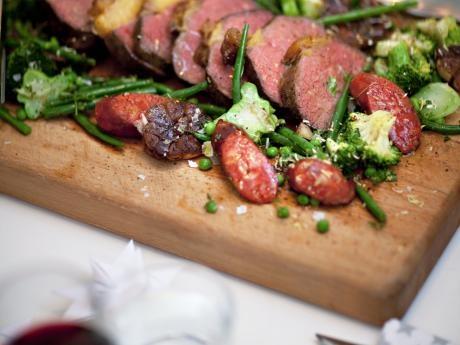 Helstekt biff med chorizo och rotfruktsgratäng - Recept - Huvudrätter - varmrätter | Allt om Mat