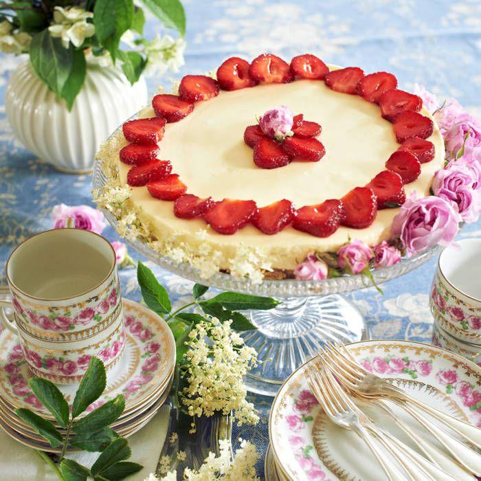 Flädermoussetårta med jordgubbar