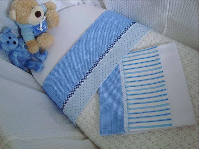 Twee blauwe lakensetjes zijn gemaakt voor de wit met blauwe wieg. Binnenkort ligt een kleine manneke heerlijk onder deze lakentjes te dromen. Met liefde gemaakt in het atelier van Bibiana Wiegbekleding.
