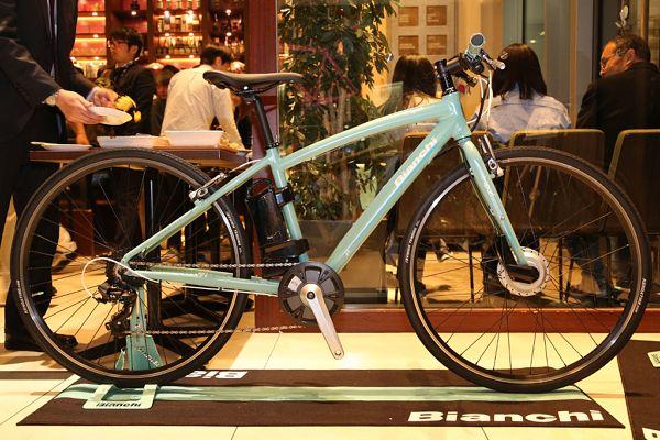 1885年創業の老舗イタリアンバイクブランド「ビアンキ」は4月24日、2017年モデル展示会を行い、新たなミドルレンジエアロロードバイク「オルトレXR3」を発…