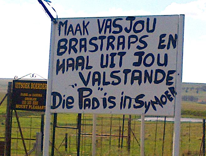 """Die pad is in sy moer"" - hilarious. Snapped by Linda Fletcher on the R76 outside Bethlehem, Free State. #FunnySigns"