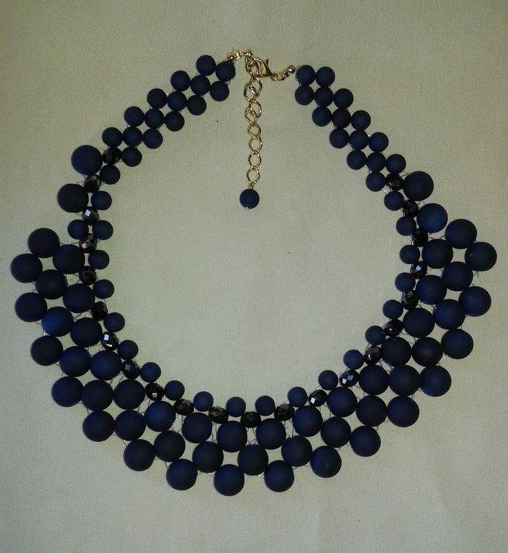 Colar feito com miçangas camursadas na cor azul marinho e cristal