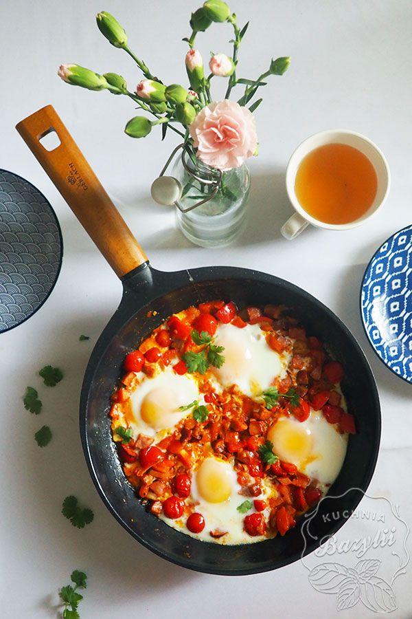 Szakszuka z papryką i kiełbasą to moja propozycja efektownego śniadania na weekend. To danie kuchni tunezyjskiej na bazie pomidorów, papryki, jajek.