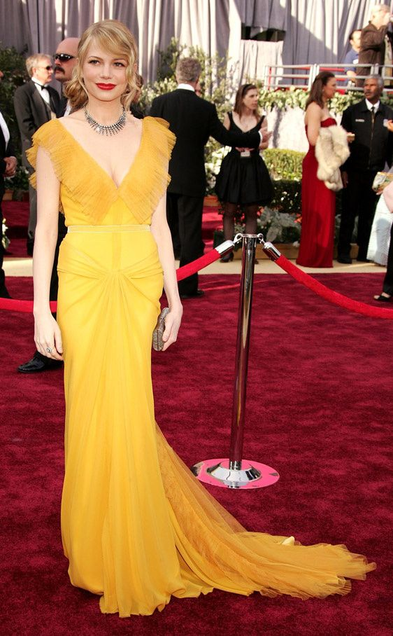 Michelle Williams con un vestido amarillo de Vera Wang en los Oscar 2006.