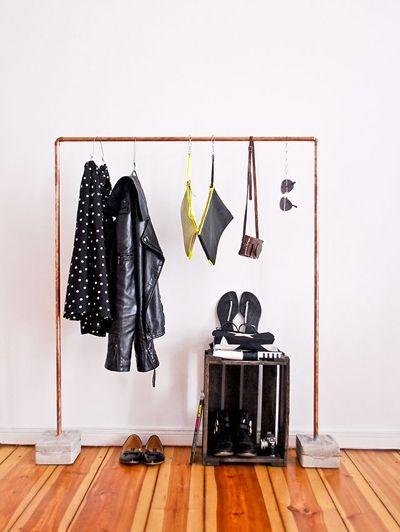 Ben jij toe aan iets nieuws in je slaapkamer? Ga zelf een kledingrek maken ! Super eenvoudig kun je dit..