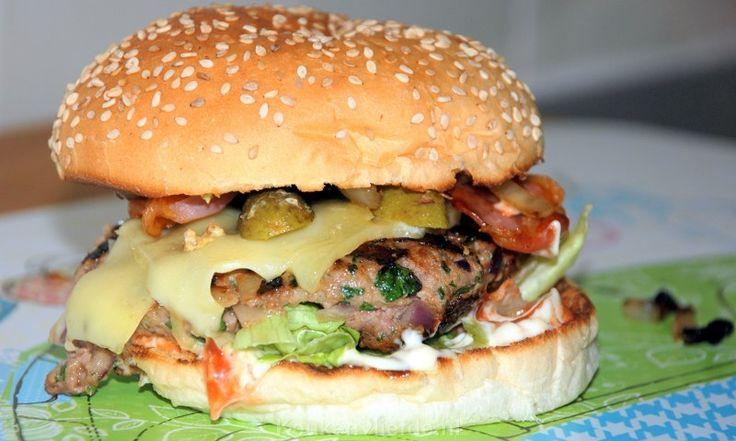 Broodje hamburger met rundergehakt aangemaakt met oestersaus - Keukenliefde
