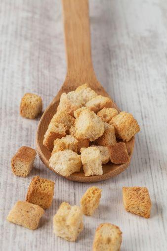 O pão crouton é um tipo diferenciado de pão, ele é utilizado para dar um sabor diferente a sopas e saladas, como a ceasar, por exemplo. A receita de crouton é muito simples, anote aí. Faça também Pão caseiro simples Pão de Páscoa caseir