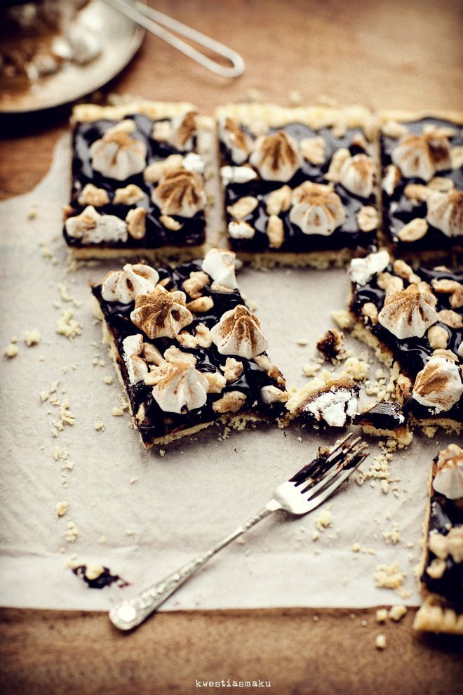 Mazurek peanut butter and chocolate with cinnamon meringue and peanuts in caramel {recipe in Polish}