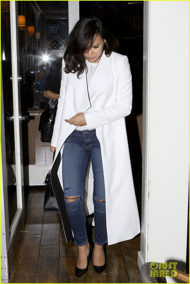 naya rivera takes extensions out date night 03 Naya Rivera covers her pregnant belly with a chic white coat while heading out of a restaurant in Los Angeles on Friday night (March 27). The 28-year-old actress…