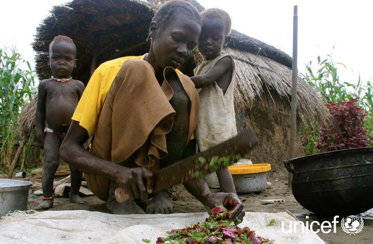 """POMOC DLA SUDANU POŁUDNIOWEGO: """"Od stycznia żyjemy bez jedzenia, jemy tylko dziką trawę"""" mówi Nyabel Wal z Kiech Kon. Kryzys humanitarny zmusił sudańskie rodziny do opuszczenia swoich domów i porzucenia pól, które były często jedynym źródłem utrzymania i pożywienia. Pomóż na www.unicef.pl/sudan."""