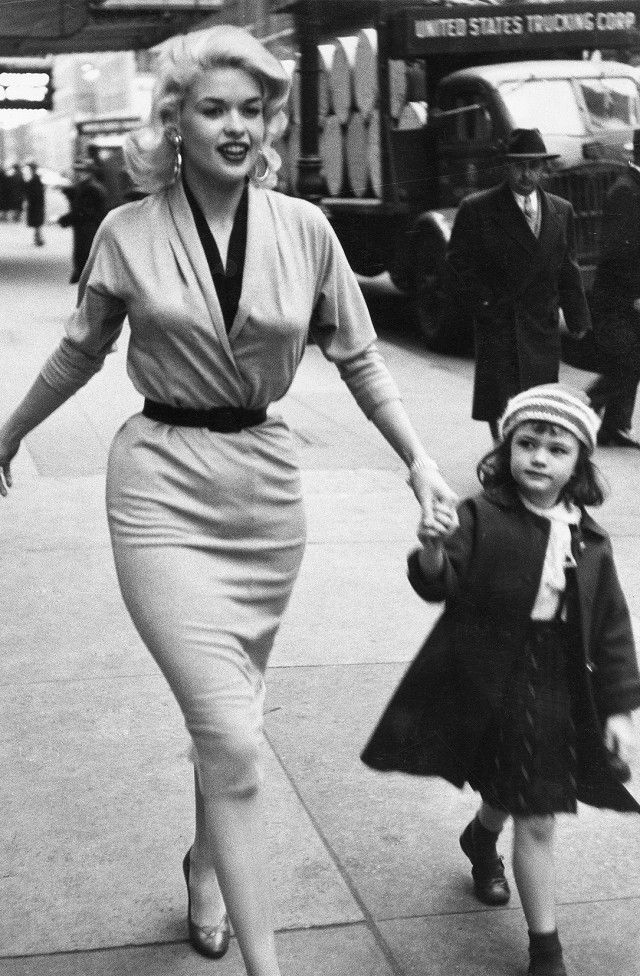 Jayne Mansfield with her daughter in New York. 1955