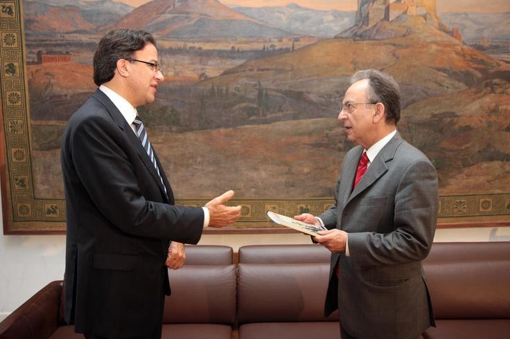 Ο Συνήγορος του Καταναλωτή κ. Ευάγγελος Ζερβέας παραδίδει την ετήσια έκθεση της Ανεξάρτητης Αρχής του έτους 2008 στον πρόεδρο της Βουλής κ. Δημήτρη Σιούφα.