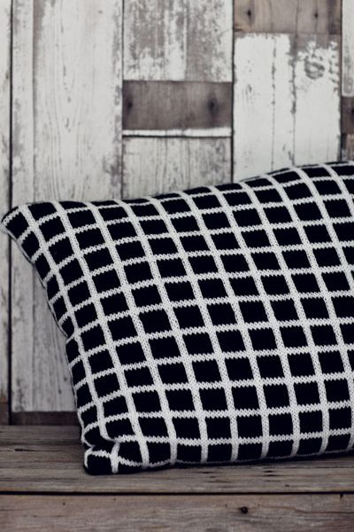 Neulottu ruudullinen tyynynpäällinen Novita 7 Veljestä | Novita knits