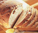 Detta recept ger dig ett härligt och gott valnötsbröd som kommer bli en familjefavorit! Blanda ingredienserna och låt jäsa före du formar två limpor av den dadelfyllda degen. Grädda i två temperaturer och låt sedan ditt mumsiga bröd svalna.