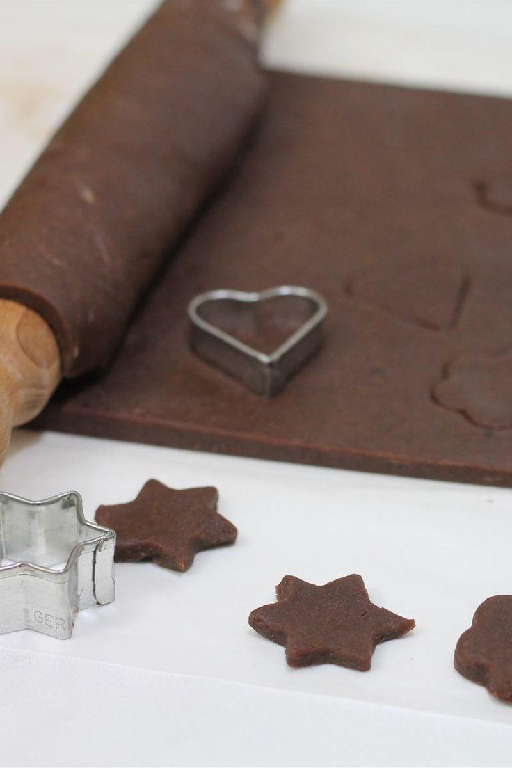 La pasta frolla al cacao è una variante della pasta frolla bianca; entrambi questi impasti sono ideali per timballi, tartellette e crostate. Per una buona riuscita e per un'ottimo sapore, bisogna fare attenzione durante la cottura in forno; se la base venisse anche leggermente bruciacchiata otterrete un retrogusto amaro.