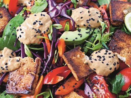 Gadogado – indonesisk sallad med jordnötssås   Klassisk husmanskost från Indonesien med jordnötter, tropisk frukt, lime, koriander, tofu och chili.