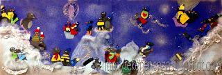 Plak twee vellen blauw karton aan elkaar. Plak onderlangs sneeuwbergen van wit crèpepapier, strookjes aluminiumfolie en vulmateriaal. Laat alle leerlingen een of meerdere pinguïns knippen uit zwart papier. De pinguïns worden aangekleed met gekleurde mutsen en truien van foam. Plak alle pinguïns in en op de sneeuw en versier met glitters.