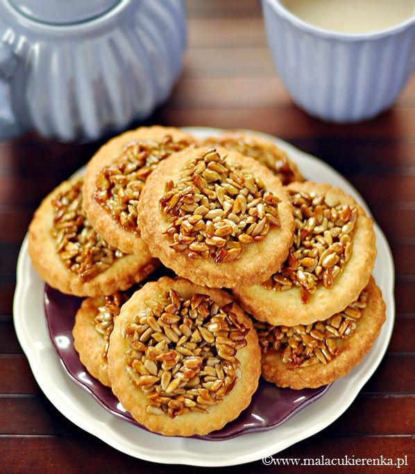 BISCUITS WITH SUNFLOWER SEEDS x 22  DOUGH: 100g sugar - 200g butter - 1 egg - 300g flour - TOPPING: 40g sugar - 40g honey - 40g cream 30% or unsweetened condensed milk - 30g butter - 150g Sunflower Seed -