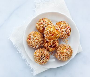 Saftiga bärbollar med nötter, bär, frön och fiberberikade havregryn. Perfekta när sötsuget sätter in, som mellanmål eller som snabb påfyllnad efter träning. Mixa ingredienserna och rulla bärbollarna i kokosflingor.