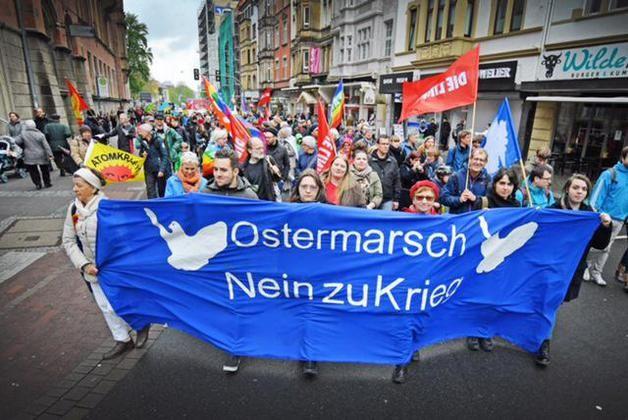 Mehrere hundert Teilnehmer beim Ostermarsch in Bielefeld +++ Nein zu Krieg
