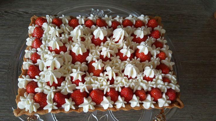 Harde Werner deeg met aardbeien banketbakkersroom, aardbeien en slagroom.