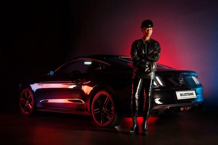 Sulle strade milanesi, una Ford Mustang nera, nella classica configurazione 'fastback', non può passare inosservata. Soprattutto se alla guida di un'auto iconica c'è un'icona rock: la cantante Skin.