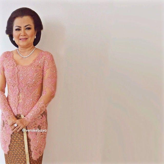 Tante Endang ....#kebaya #mama #pengantin #batik . . . Make up : Mas Buyung Salon Jasmin ❤️ Kebaya : @verakebaya