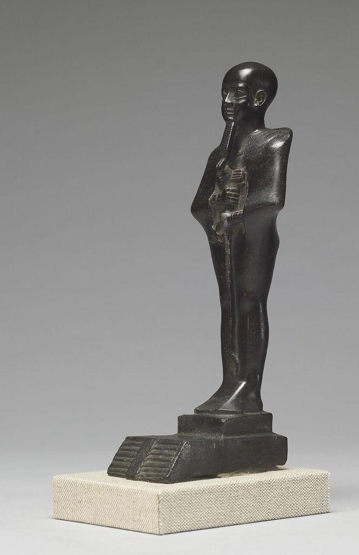 """Ptah, """"Celui qui ouvre"""", est le démiurge de Memphis, dieu des artisans & des architectes, patron de la construction, de la métallurgie & de la sculpture - Statuette conservée au Walters Art Museum, Baltimore, USA."""