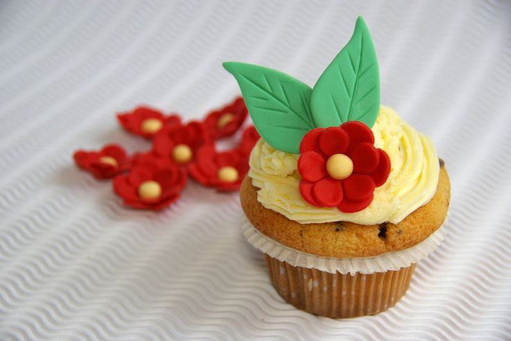 Fondant Flower Cupcake Toppers, Wedding Cupcake Toppers, Sugar Flowers with Leaves - pinned by pin4etsy.com