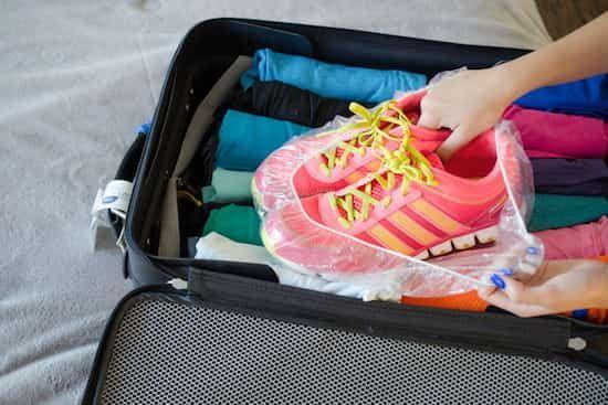 mettez vos chaussures sales dans un bonnet de bain puis dans votre valise