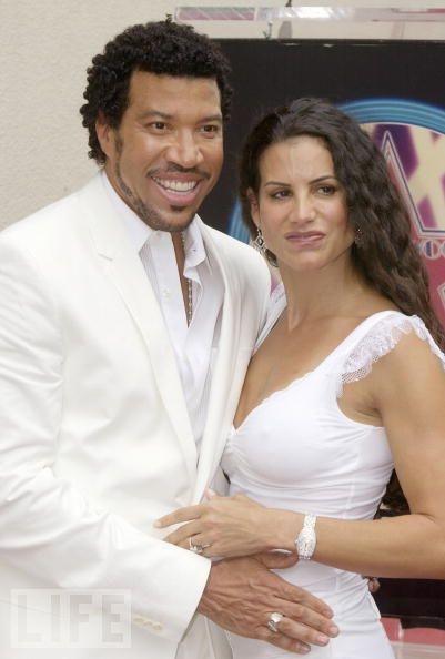 2004: Lionel Richie Keeps Up His Ex's Lavish Lifestyle When she filed for divorce in 2004, Diana Richie detailed a few of the amazing perks that went with being married to the famous singer: manicures and other beauty/spa services adding up to 50,000 a month; a clothing allowance of $15,000 a month; and even an annual plastic surgery budget. All told, Lionel Richie shelled out an estimated $20 million.