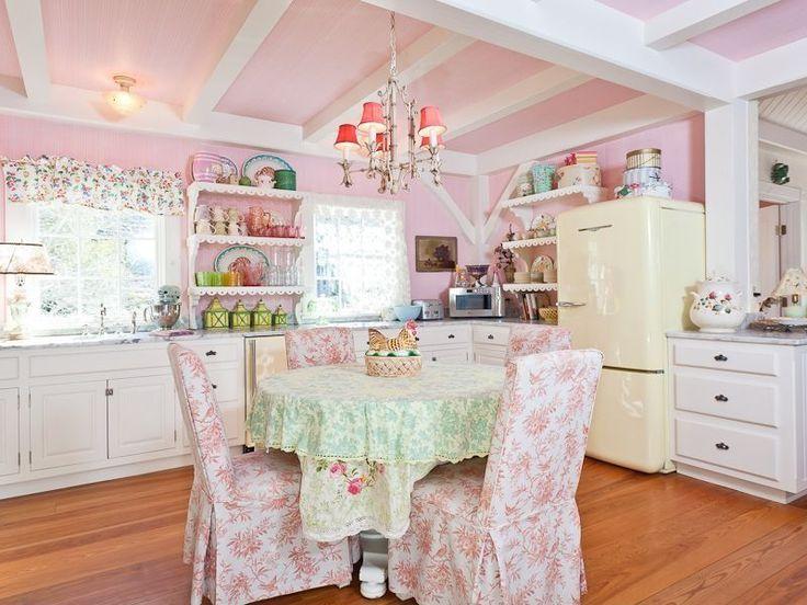 Кухня в стиле шебби-шик: винтажная роскошь для ценителей комфорта и 80 уютных интерьеров http://happymodern.ru/kuxnya-v-stile-shebbi-shik/ Кухня в стиле шебби-шик: розовая отделка стен и потолка, люстра, цветастые чехлы на стульях и бежевый кухонный гарнитур