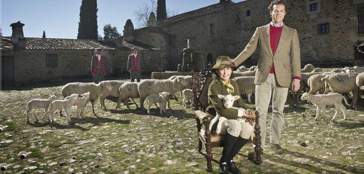 Aline Griffith, condesa viuda de Romanones, y su nieto Juan de Figueroa, en el patio principal de la Finca Pascualete. Tras ellos parte del rebaño de la propiedad. Queseros de sangre azul