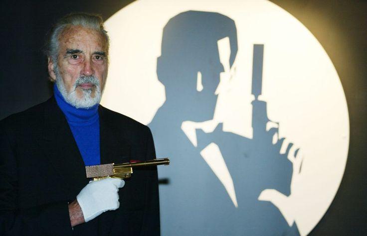 Christopher Lee en 2002 lors d'une exposition autour de James Bond. L'acteur britannique a joué le rôle du méchant Scaramanga dans L'homme au pistolet d'or.