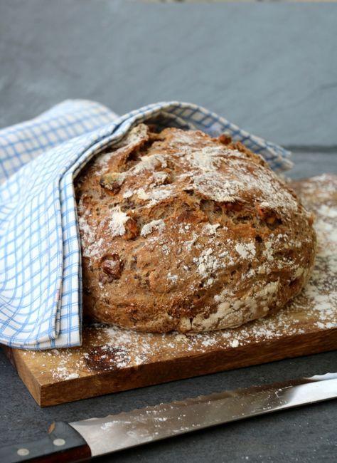 Heisann! I helga bakte eg mitt første eltefrie brød i støpejernsgryte. Eltefritt brød er laga på prinsippet som andre eltefrie oppskrifter: du rører raskt saman ingrediensane, og lar deiga heve på benken over natta. Det er berre en ørliten mengde tørrgjær som skal til, 1/3-1/2 ts holder i massevis for eit stort, luftig brød. For …