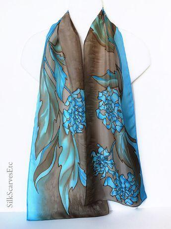 Ce foulard de soie peint a fleurs de chrysanthème bleu sur fond brun texturé. Combinaison élégante et intemporelle de couleurs bleus et marron fera ce foulard en soie un beau cadeau de peint à la main. L'écharpe mesure environ 11 x 59 c'est machine ourlée.  Sil vous plaît voir plusieurs de mes foulards floral peint à la main à https://www.etsy.com/shop/SilkScarvesEtc/search?search_query=floral+scarf&order=date_desc&view_type=gallery&ref&#x3D...
