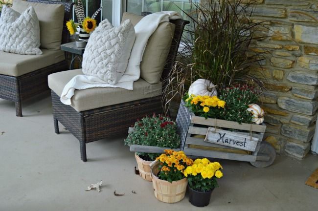 Building this rustic, industrial wheelbarrow for a pretty fall porch. Learn to…