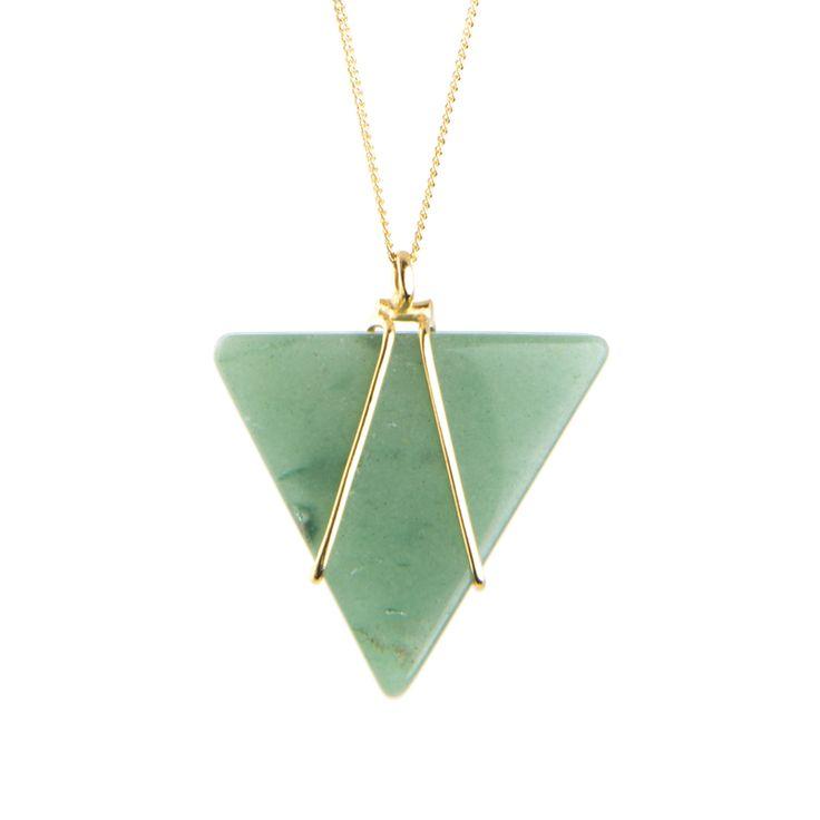 Este collar tiene una imponente piedra triangular, es la aventurina. Las piezas D-lirio estan bañadas en oro de 24 quilates.