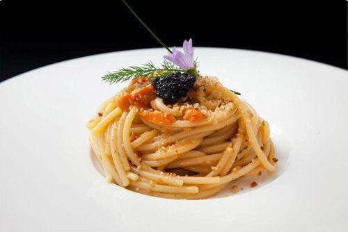 Insalata fredda di spaghetti con uova di riccio, e caviale di nero di seppia | Ricetta | L'espresso food&wine