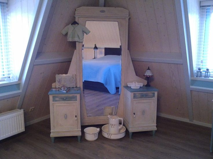 Mijn nieuwe slaapkamer is klaar,geinspireerd door de #AnnieSloan kleuren zijn wij heel trots op het eindresultaat.Op het bed na zijn alle meubeltjes in de kleuren provence en old white,afgewerkt met clear en dark wax.Op naar het volgende project,mijn werkkamer,ook daar gaan alle meubels in de AS make over .Wat is het toch een leuke verslaving. Groetjes Jeannette